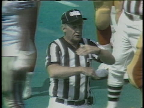 vidéos et rushes de 1983 ms referee making penalty call during usfl game between boston breakers and philadelphia stars / usa - arbitre