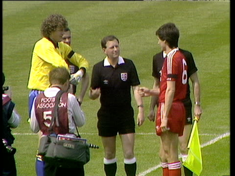 vídeos de stock, filmes e b-roll de referee observes as team captains dave beasant and alan hansen toss coin to select sides shake hands and pose for press photographers liverpool vs... - lançar a moeda ao ar