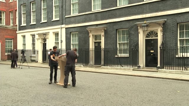 vidéos et rushes de david cameron makes appeal for remain vote england london downing street ext film crew setting up podium for press conference front door of no10 crew... - pupitre
