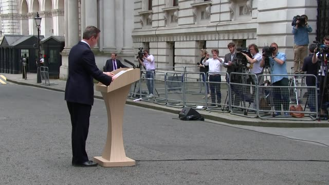 vidéos et rushes de david cameron makes appeal for remain vote england london downing street ext david cameron mp along to podium david cameron mp speech sot want to... - pupitre