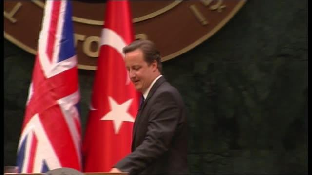 vidéos et rushes de referendum campaign: issue of turkey membership; lib / turkey: ankara: david cameron onto stage, shaking hands, and along to podium david cameron mp... - groupe organisé