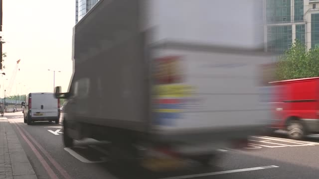 vidéos et rushes de referendum campaign: jcb chairman lord bamford comes out in support of leave campaign; london: ext reporter to camera close shot 'brexitexpress.com'... - montrer