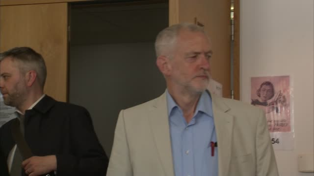jeremy corbyn visits the birmingham university hospital jeremy corbyn and heidi alexander mp off 'labour vote remain' campaign bus and along greeting... - 退院点の映像素材/bロール