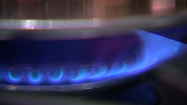 leave campaign says energy bills could be cut r18021619 / 1822016 kettle placed on cooker kettle on gas ring kettle boiling - やかん点の映像素材/bロール