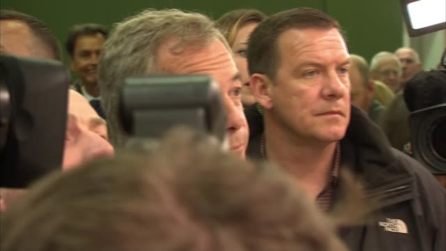 vídeos de stock e filmes b-roll de leave nigel farage campaigning in leeds various of farage supporters and press pack in underground market / farage at fish stall / farage shouting... - sweatshirt