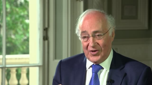 michael howard interview england london int michael howard and itn reporter robert peston sitting down for interview and chatting beforehand sot /... - 改革点の映像素材/bロール