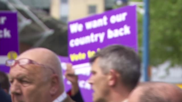 nigel farage campaigning woman challenging farage in crowd sot / crowd of ukip supporters with 'we want our country back' signs / crowd as farage... - tampon stock videos & royalty-free footage