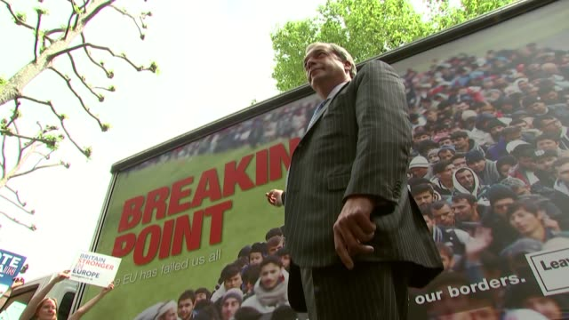 vidéos et rushes de referendum campaign: nigel farage poster van launch and bus tour of london; england: london: ext nigel farage mep arriving in poster van / photocall... - poste