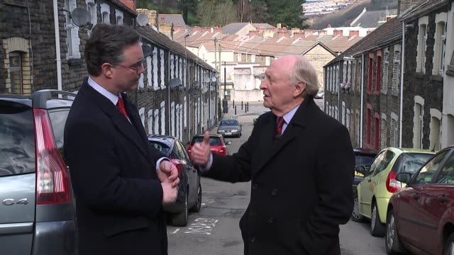 vidéos et rushes de referendum campaign: opinion polls show surge of support for brexit in wales; wales: newbridge: int various shots of lord kinnock talking to people... - vox populi