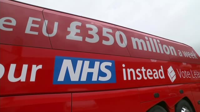 report into push polling lib cornwall truro ext 'nhs' slogan on side of 'leave' battle bus boris johnson mp posing in door of bus - 国民投票点の映像素材/bロール