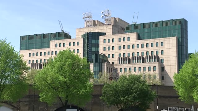 referendum campaign: risks to british security, jobs and income highlighted by remain campaign; vauxhall: ext wide shot mi6 building people... - mi6点の映像素材/bロール