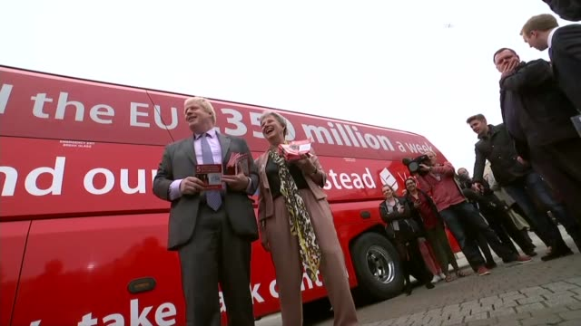 vídeos y material grabado en eventos de stock de treasury select committee attacks both sides claims cutaway cornwall boris johnson mp and gisela stuart mp standing next to battlebus of the leave... - semana
