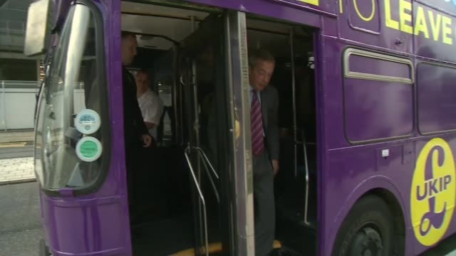vídeos de stock e filmes b-roll de tv debate with david cameron and nigel farage england london leader nigel farage arriving on top of ukip bus with 'make june 23rd independence day'... - debate