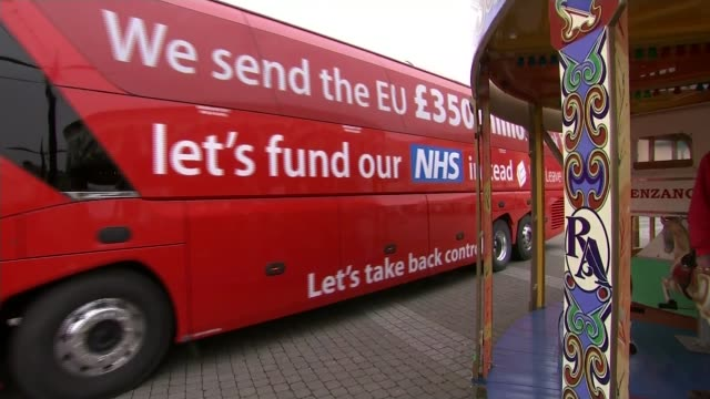 impact on the nhs t11051606 truro ext vote leave campaign bus with slogan 'we send the eu 350 million a week let's fund out nhs instead' - 国民投票点の映像素材/bロール