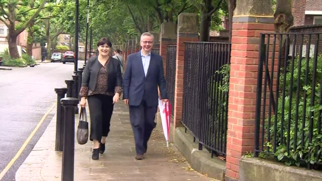 michael gove polling station arrival and departure england london ext michael gove mp arriving at polling station with his wife sarah vine / gove and... - michael gove stock-videos und b-roll-filmmaterial