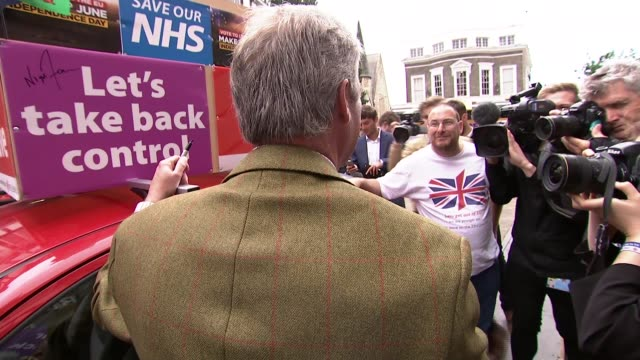 vidéos et rushes de nigel farage campaigns in kingston upon thames nigel farage addressing supporters from atop ukip open top campaign bus sot/ high angle shots of... - double decker bus