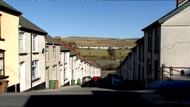 vídeos de stock e filmes b-roll de referendum on welsh assembly powers votes 'yes' for changes general view of street of terraced houses unidentified valley town skyline showing... - spire