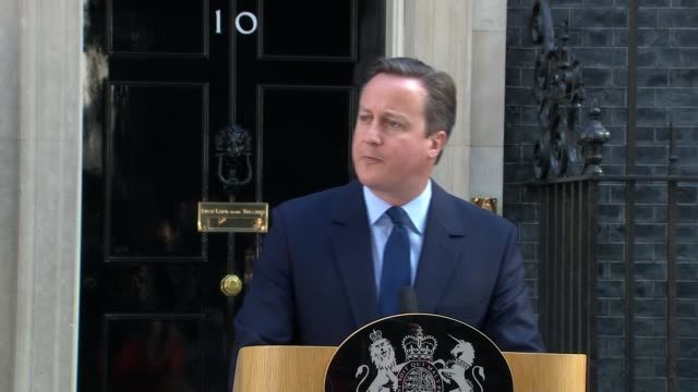 uk to leave the eu / cameron announces resignation downing street david cameron mp along with samantha cameron to podium david cameron mp speech sot... - referendum stock-videos und b-roll-filmmaterial