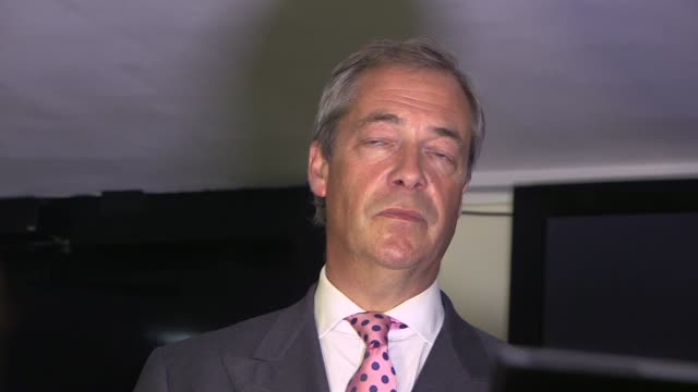 stockvideo's en b-roll-footage met to leave the eu: farage at leave.eu party; england: london: int various of people at the party being held by the leave.eu campaign group for the... - referendum over europese unie 2016