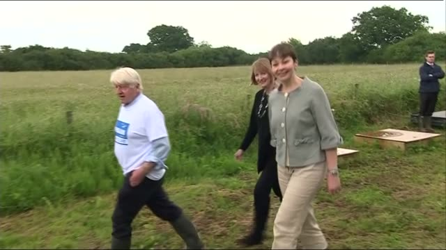vídeos de stock e filmes b-roll de stanley johnson caroline lucas and harriet harman in bicester stanley johnson speaks to press sot caroline lucas mp speaks to press sot eu has done a... - harriet harman