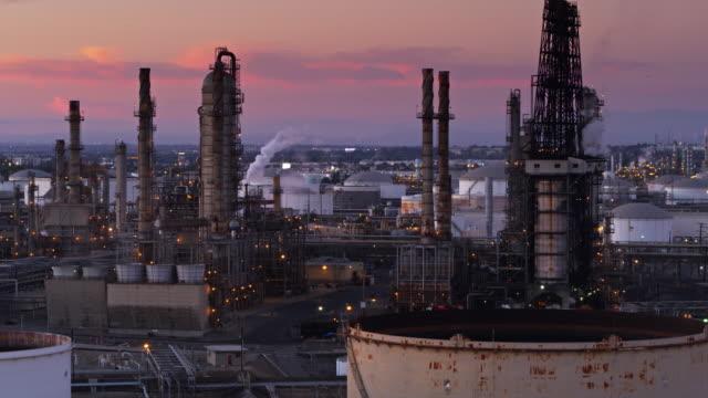 vídeos de stock e filmes b-roll de refinery chimneys and towers in the port of los angeles - drone shot - wilmington cidade de los angeles