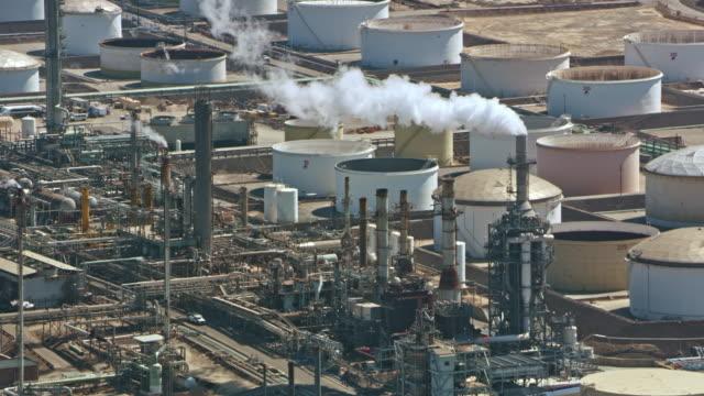 vídeos de stock, filmes e b-roll de refinaria aérea na califórnia, eua - refinaria
