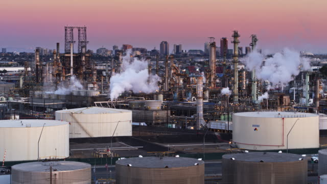 refinery in wilmington, california at sunset - drone shot - industria petrolifera video stock e b–roll