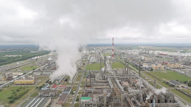 vidéos et rushes de refining towers stand at pkn orlen sa's oil refinery in plock poland on friday jul 17 2020 - répandre
