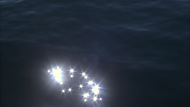 vidéos et rushes de reflected sunlight sparkles on surface of pacific ocean, melinka, chile - effet miroir