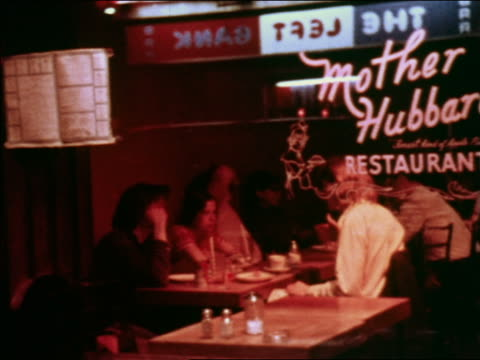 vídeos de stock, filmes e b-roll de 1969 reflection in mirror of people sitting at tables in diner at night / greenwich village, nyc - lanchonete