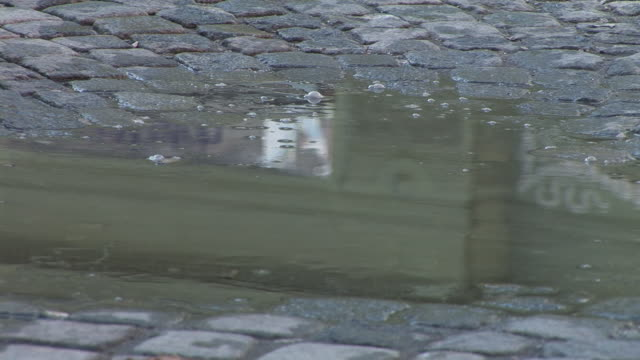 stockvideo's en b-roll-footage met hd: reflection in the puddle - kassei