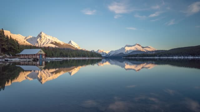stockvideo's en b-roll-footage met reflectie lake canada, maligne meer - jasper national park