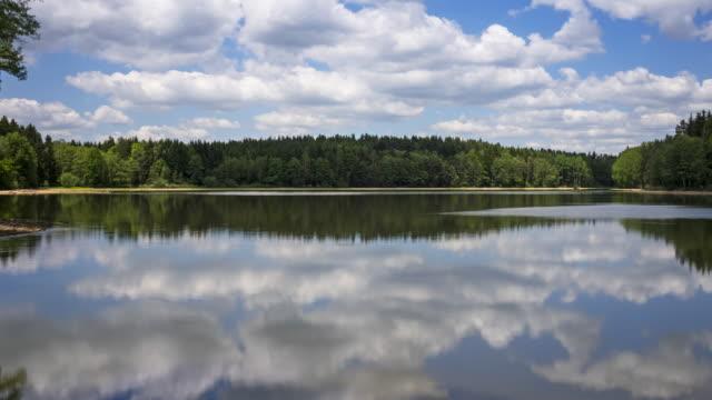 vídeos de stock, filmes e b-roll de lago de reflexão com nuvens cumulus - lago reflection
