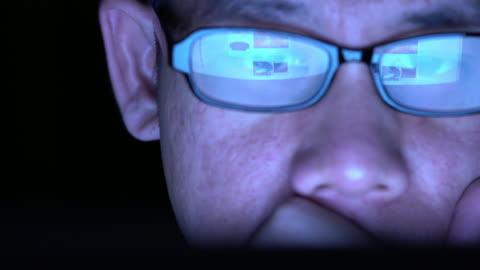 speglar ob webbplats besök på glasen av man - dålig vana bildbanksvideor och videomaterial från bakom kulisserna