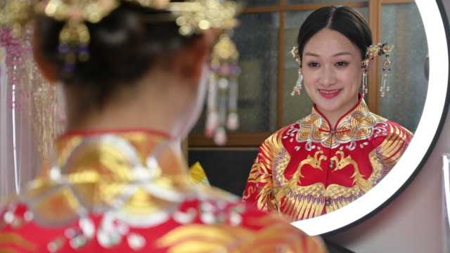 スタイルの髪とアクセサリーと美しい中国の花嫁の反射 - mirror点の映像素材/bロール