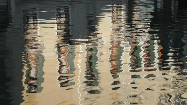 vidéos et rushes de mh ld reflection of buildings in water / venice, italy - effet miroir