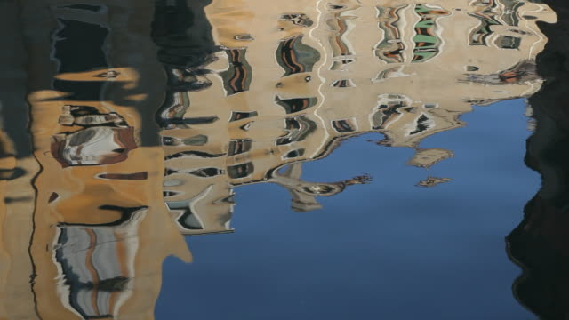 vidéos et rushes de cu ld reflection of buildings in water / venice, italy - effet miroir