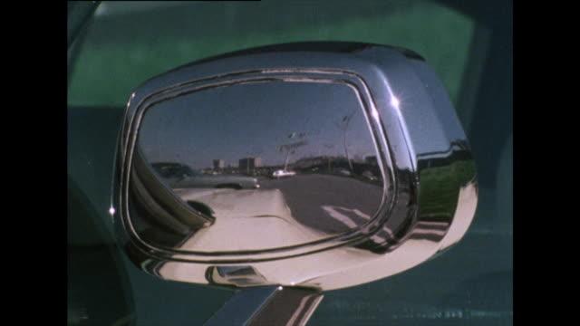 vidéos et rushes de reflection of cars in chrome side-view mirror; 1976 - miroir ancien