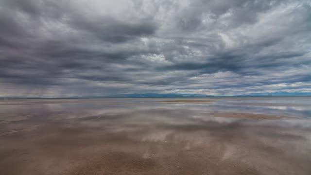 vídeos de stock e filmes b-roll de reflection of clouds in water - reflection