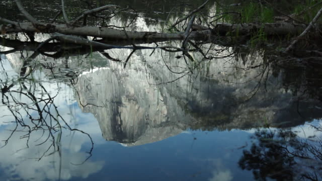 vídeos de stock, filmes e b-roll de ms pan reflection of half dome in stream at yosemite national park / california, united states  - condado de mariposa