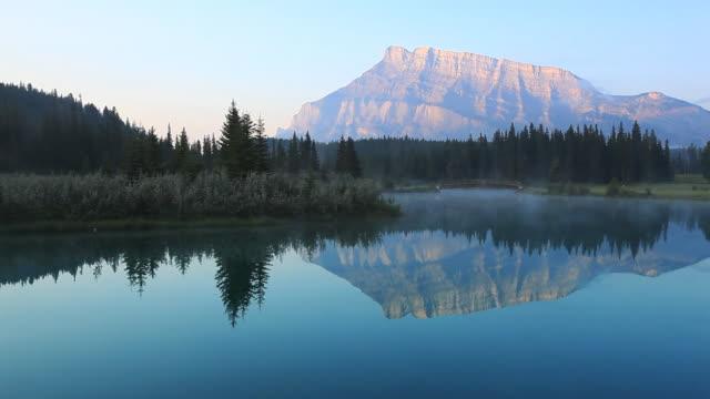 反射実装 rundle 湖で、バンフ国立公園 - カナダ点の映像素材/bロール