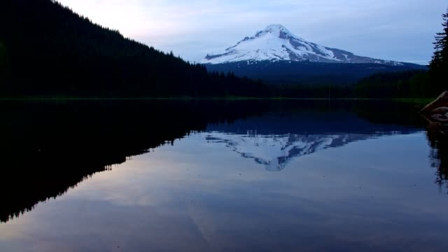 vídeos y material grabado en eventos de stock de reflection of mountain on forest lake trillium lake at sunset with mt. hood reflection wide - trillium