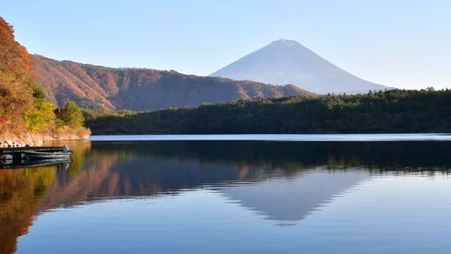 reflection of mt. fuji on calm surface of lake sai-ko, fuji-kawaguchiko - 山梨県点の映像素材/bロール