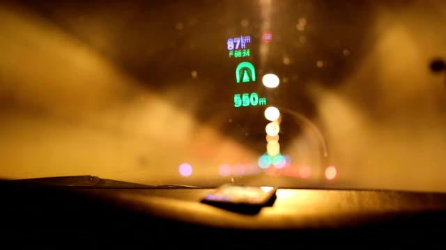 Reflexion des Navigationssystems auf Windschutzscheibe