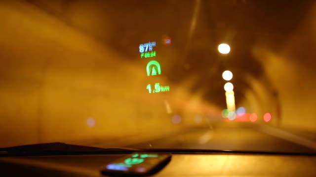 reflexion des navigationssystems auf windschutzscheibe - sicherheitsmaßnahme stock-videos und b-roll-filmmaterial