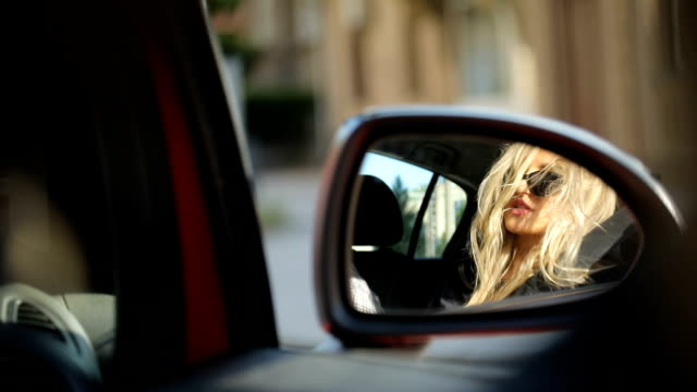 vídeos y material grabado en eventos de stock de reflejo de la hermosa mujer de coche espejo lateral - coche deportivo