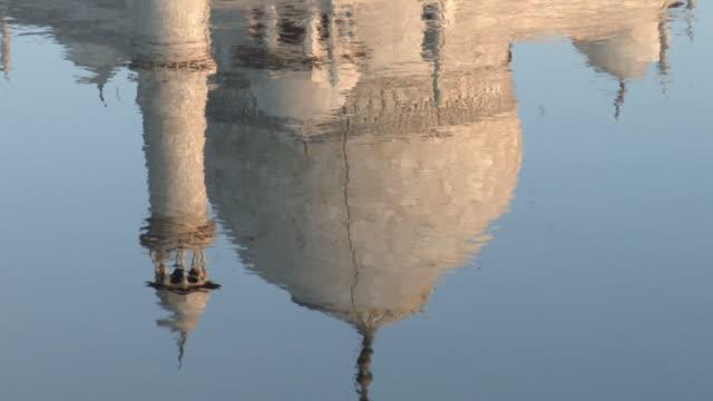 vídeos de stock e filmes b-roll de cu zo ms reflection of taj mahal in river yamuna / agra, uttar pradesh, india - taj mahal