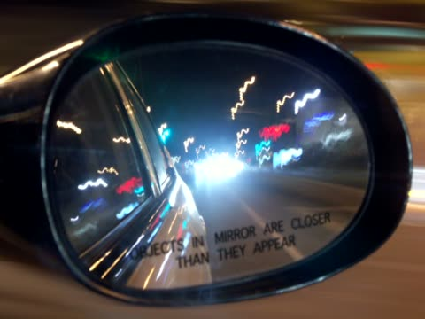 vídeos de stock e filmes b-roll de reflection of traffic moving on the road in the rear-view mirror of a car - super exposto
