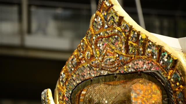 reflection on glass mosaics of the erawan shrine - エラワン聖堂点の映像素材/bロール