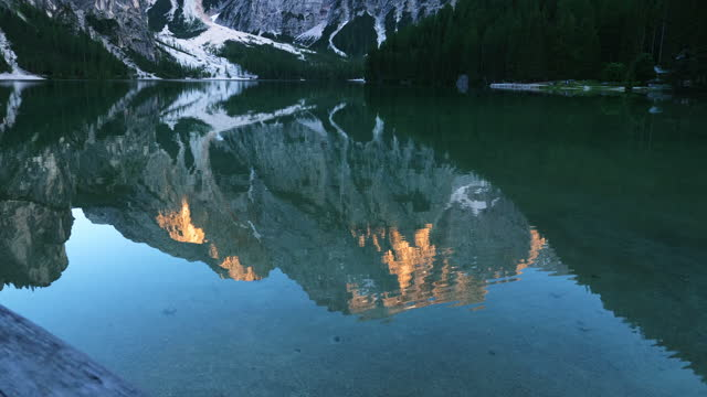vídeos de stock, filmes e b-roll de reflection on the water of pragser wildsee (lago di braies) in dolomites (part of southern limestone alps) / south tyrol, italy - ponto de referência natural